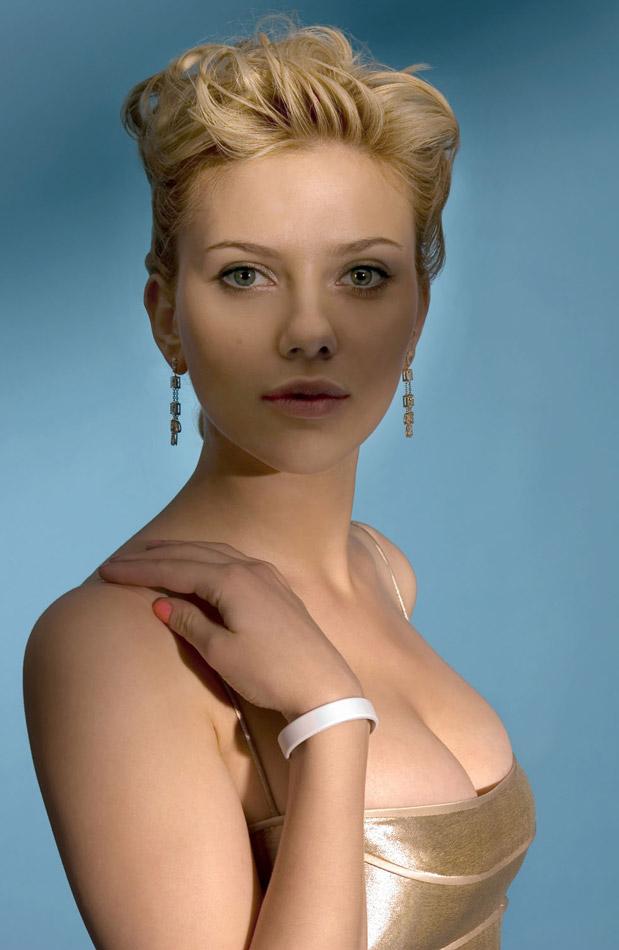 ScarJo cleavage pic
